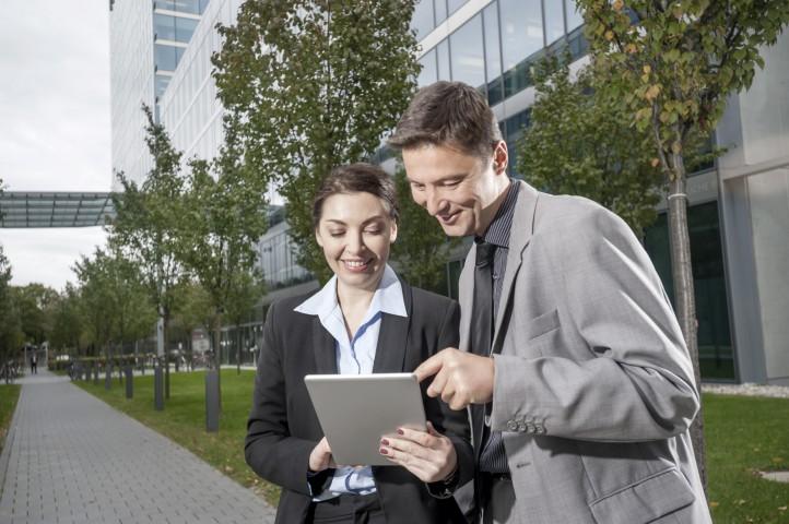 Business, Paar,  Geschäftspartner schauen in Tablet