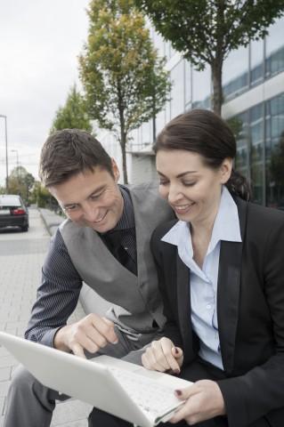 Business, Paar, Geschäftspartner tauschen Informationen aus,