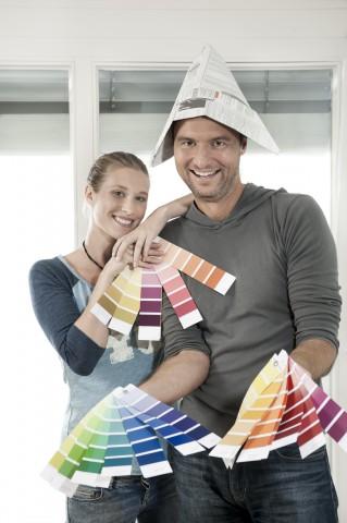 Paar renoviert Wohnung und streicht  Zimmer mit Farbe,