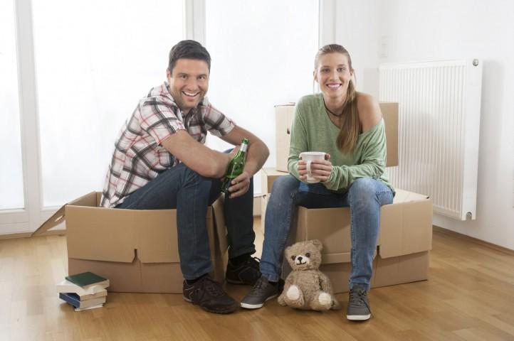 Paar zieht um, neue Wohnung