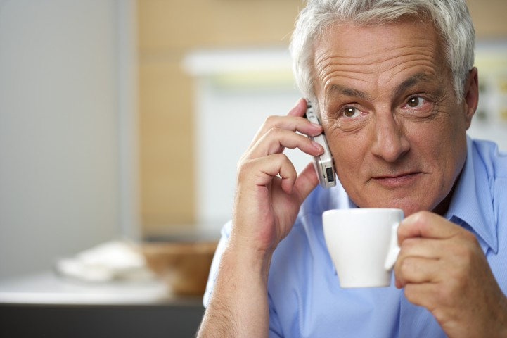 Grauhaariger Mann telefoniert wŠhrend er eine Tasse Kaffee trinkt - Kommunikation |[© (c) STOCK4B-RF, Veršffentlichung nur gegen Honorar, Urhebervermerk und Belegexemplar, STOCK4B GmbH, Fon: +49-89-89057950, E-Mail: info@stock4b.com, Bankverbindung: MŸnchner Bank BLZ 70190000 Kto.-Nr. 22934] Royalty Free, fully_released Gray-haired man phoning while having a cup of coffee, selective focus